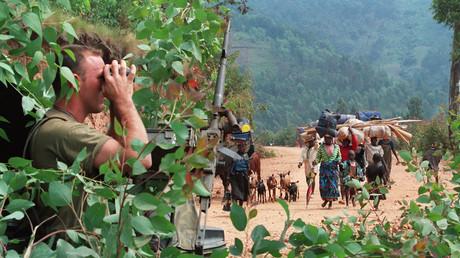 Un militaire français observe des civils rwandais fuir les combats le 12 juillet 1994. Image d'archives.