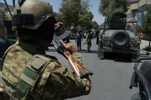 Des militaires afghans aux abords de l'ambassade d'Irak à Kaboul, théâtre d'une attaque revendiquée par l'Etat islamique, le 31 juillet 2017 © SHAH MARAI AFP