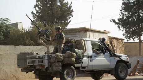 Des soldats américains dans un véhicule militaire dans un village dans le nord de la province d'Alep, en Syrie, le 24 octobre 2016