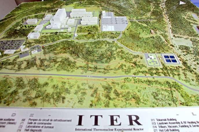 Une maquette du futur réacteur nucléaire ITER, exposée en 2005 sur le site du CEA de Cadarache.